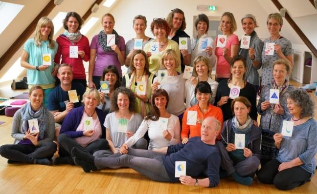 Überglückliche Ayur Yogatherapeuten nach der Übergabe der Zertifikate